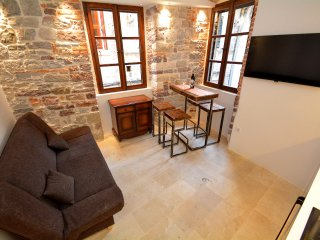 Cute and Nice Old Town Apartment, Kotor