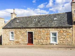 WICKIE COTTAGE, en-suite, woodburner, dog friendly, pizza oven, in Lossiemouth,