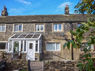 LEWIS COTTAGE, terraced, Smart TV, WiFi, enclosed garden, Denby Dale, Ref 941867