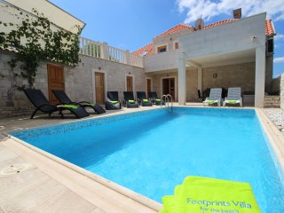 Footprints Villa. Seafront, 5 bedroom, pool, wifi