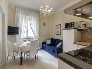 Borgo Santi Apostoli  apartment in Duomo with airconditioning & lift.