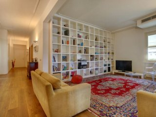 Spacious Amazing Ponte Vecchio apartment in Oltrarno with WiFi, air conditioning