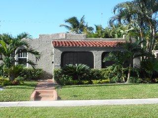 Case de León with large Pool, West Palm Beach