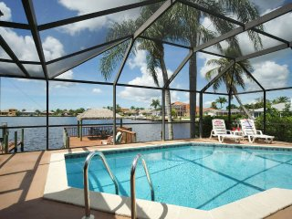 Villa Pelican, Luxury Lake Front ~ Kayaks & Bikes Bring the Family!, Cape Coral