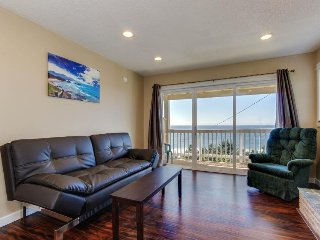 Dog-friendly condo with ocean view and beach access perfect for family fun!, Lincoln City