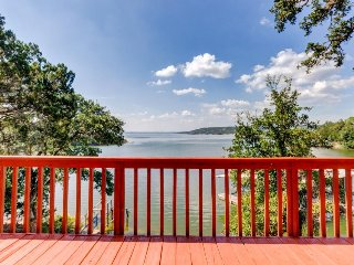 Lakefront lodge w/two decks, a row boat & a wood fireplace!, Burnet