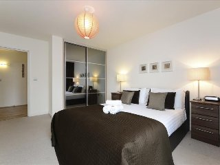 Luxury 1BR Apartment with balcony on the Thames, London