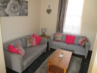 City Centre Location - Sleeps 5 with Free Parking