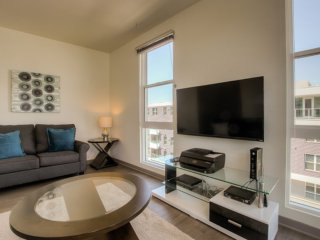 VIBRANT AND SPOTLESS FURNISHED 2 BEDROOM 2 BATHROOM APARTMENT, Glendale