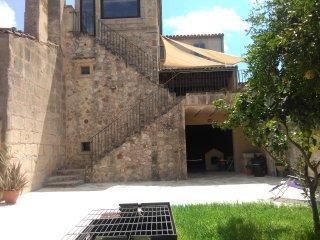 Casa unifamiliar amb porxada i jardí al casc antic