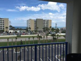 NEW Oceanwalk 3/2 End Unit w/ Oceanview & Wifi, New Smyrna Beach