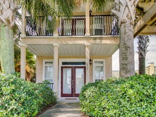 Gorgeous home w/ Gulf views & entertainment - walk to beach, snowbirds welcome!