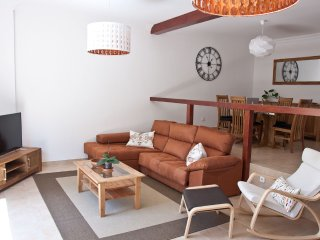 Espaciosa, luminosa y céntrica casa adosada. WiFi gratis.