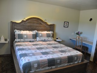 Luxurious Couple's Retreat, 30-min. from Glacier NP, Private Guest House (Apt)