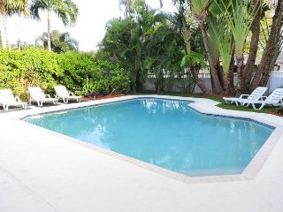 PIRATE'S COVE 1/1 FOR 4 GUESTS SHARED POOL NEAR AIRPORT &  BEACH