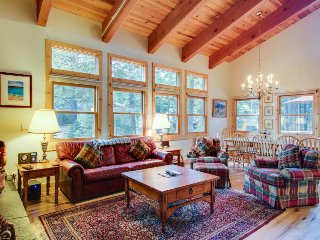 Lovely lodge w/ a pool table & access to slopes, shared pools, hot tubs & more!, Truckee