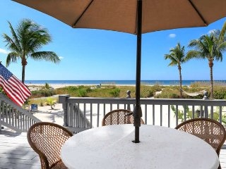 Beachfront Bliss 5/3 with Guest Cottage and Pool, Fort Myers Beach