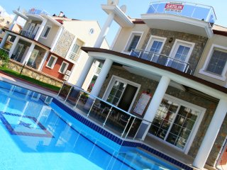 RENT A LUXURY VACTION VILLA, Yaniklar