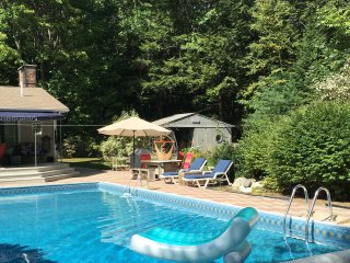 Andys Retreat-Heated Pool, central AC, Jacuzi, BBQ, Falmouth