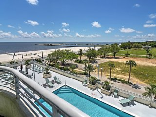 Beachside Biloxi Club Condo, Balcony w/Ocean View!