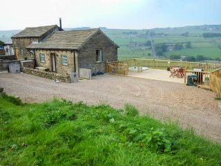 FAR STONES COTTAGE, hot tub, detached barn conversion, beautiful views, Oxenhope, Ref: 938671, Yorkshire