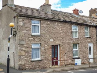 CORNER COTTAGE, terraced cottage, pet-friendly, WiFi, close to pub and shop, in Kirkby Stephen, Ref 940791