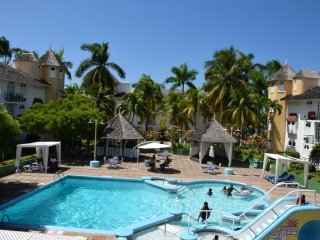 1 Bed Beach Apartment, Ocho Rios, Pool, Restaurant, sleeps 4