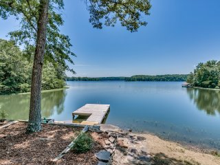 Lake Tuscaloosa Designer House with 4 King Beds!, Northport
