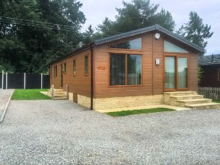 TREE TOPS, high quality lodge, all ground floor, parking, garden, in Coleford
