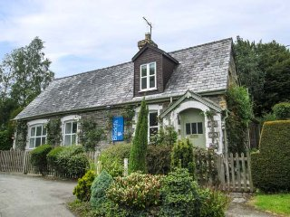 OLD SCHOOL HOUSE, romantic retreat, former school house, enclosed garden, WiFi, Knighton, Ref 933477