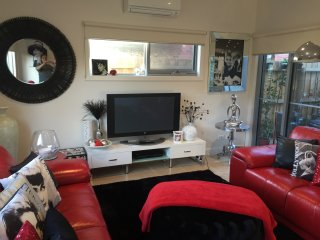 *Hollywood Themed Apartment* 50m To Whites Beach, Torquay