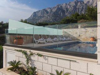 Luxurious apartment in Villa w/ shared pool, Makarska