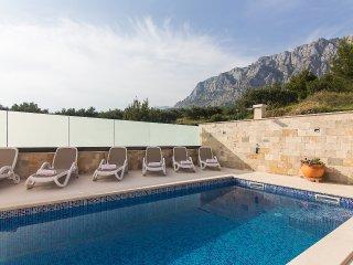 Family holiday in Villa w/ shared pool & BBQ, Makarska