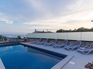 Spacious apartment in Villa w/ shared pool & BBQ, Makarska