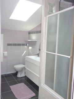 salle de bain avec baignoire et douche intégrée