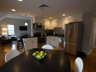 Renovated 2 bedroom in Heart of Lenox