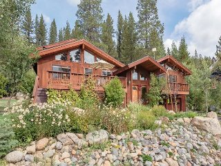 NEW LISTING - Squaw Valley Six Bedroom with Private Hot Tub & Pool Table