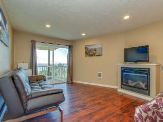 Oceanview, upper-level studio close to beach access - dogs welcome!