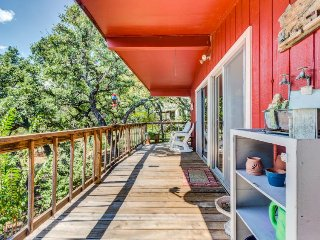 Newly renovated cabin near the water with lake views and home essentials!