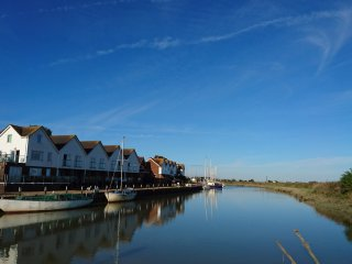 The Boathouse, Rye - Apt E.Riverside apartment with balcony in peaceful location
