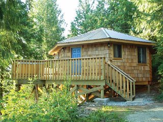 Desolation Sound Resort Chalet 1: 2 Bedrooms + Hot Tub, Lund