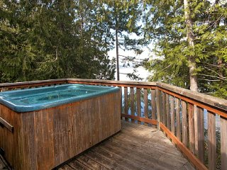 Stunning Desolation Sound Chalet with Private Hot Tub, Deck + BBQ!