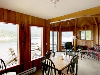 Desolation Sound Resort Chalet 8b: 2 Bedrooms, Lund