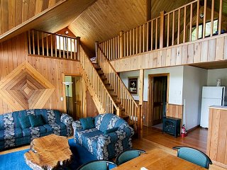 Desolation Sound Resort Chalet 5: 2 Bedrooms + Loft, Lund