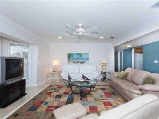 Golden Star Lower, 3 Bedroom, Beach Front,  Near Mayo Clinic, Sleeps 6, Jacksonville Beach