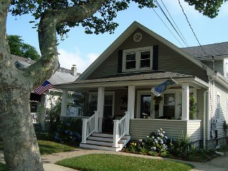 The #1-rated 2BR rental in Belmar: Blue Hydrangea Beach Cottage