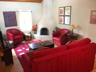 Walk to Plaza, Romantic, Hot Tub, Fireplace, A/C, Taos