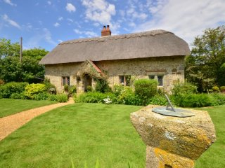 Old Nursery Thatch - Stunning, stylish thatch cottage close to South coast, Chale