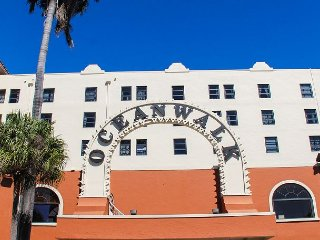 Renovated Large  Ocean view Studio: On Hollywood Beach 3 mile Broadwalk, Miami Beach