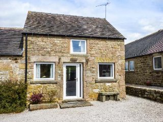 LOWFIELD COTTAGE, en-suite, WiFi, walks from the door, quaint cottage near Bakewell, Ref. 914071